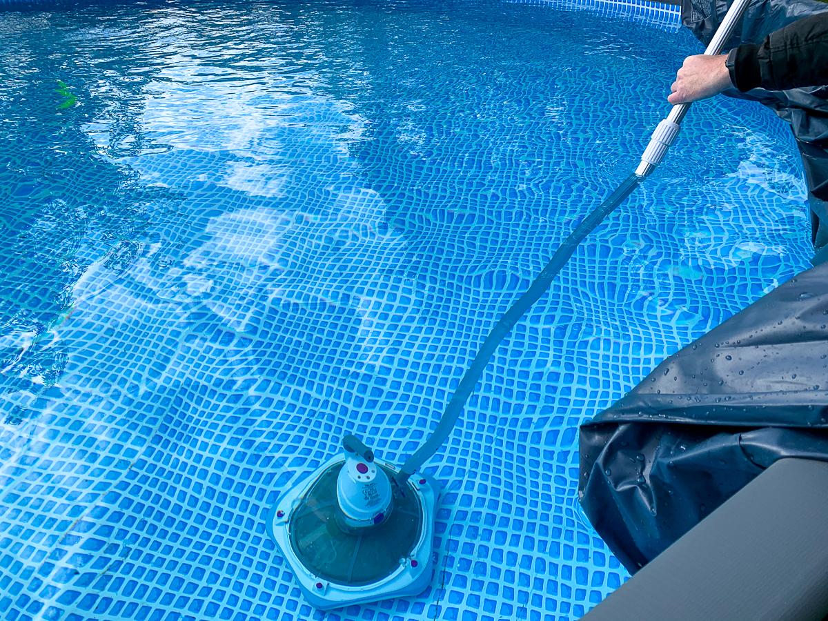 Zwembad schoonmaken? Zo doe je dat!